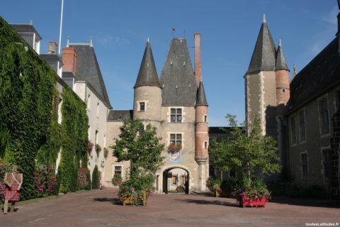 Cour du château d'Aubigny-sur-Nère