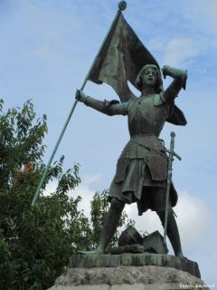 Statue de Jeanne d'Arc bléssée à la bataille de Jargeau