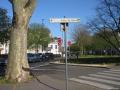 Panneau directionnel indiquant la gare mal orienté !